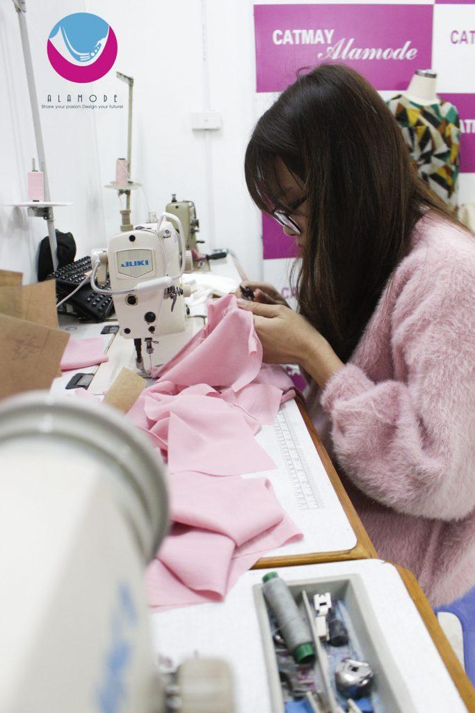 Hoc may 683x1024 - Học thiết kế thời trang bắt đầu từ đâu?